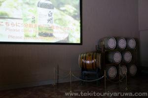 サントリーの白州ウイスキー 博物館内部のスクリーンと樽