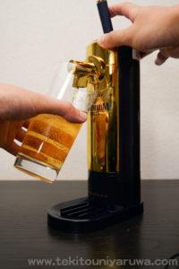 ビアサーバーからビールを注いでいる